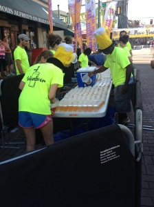 The Volunbeers are getting the cups of beer ready for the start.